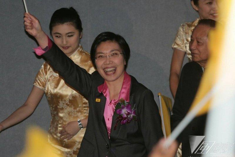 無黨籍立委徐欣瑩退出國民黨後,著手成立民國黨,民國黨18日舉行擴大成立大會,徐欣瑩的精神導師妙天禪師在支持群眾的掌聲和尖叫聲中,陪同徐欣瑩步入會場。(余志偉攝)
