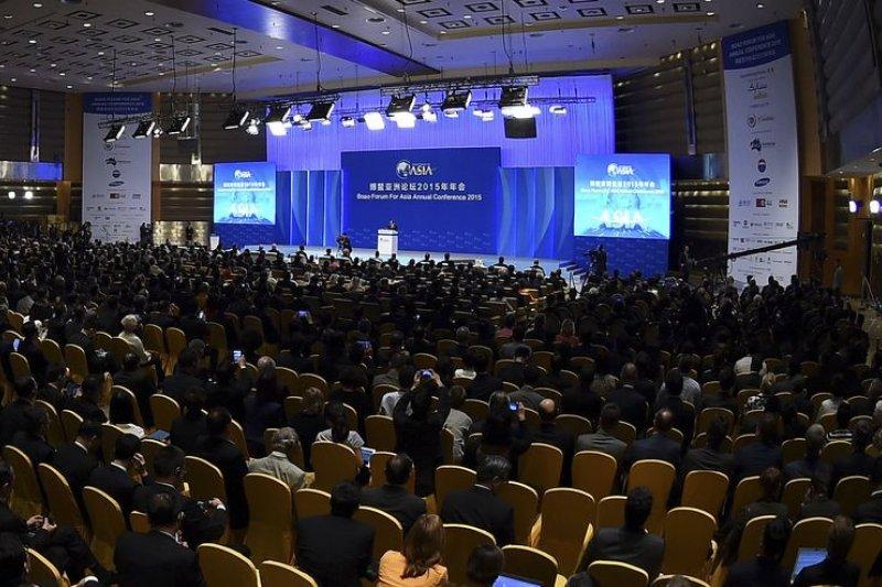 代表我國參與博鰲論壇的前副總統蕭萬長當面向習近平表達參與亞投行的意願後,國安會議今拍板決定透過國台辦遞交參與意向書。圖為日前博鰲論壇開會場景。(美聯社)