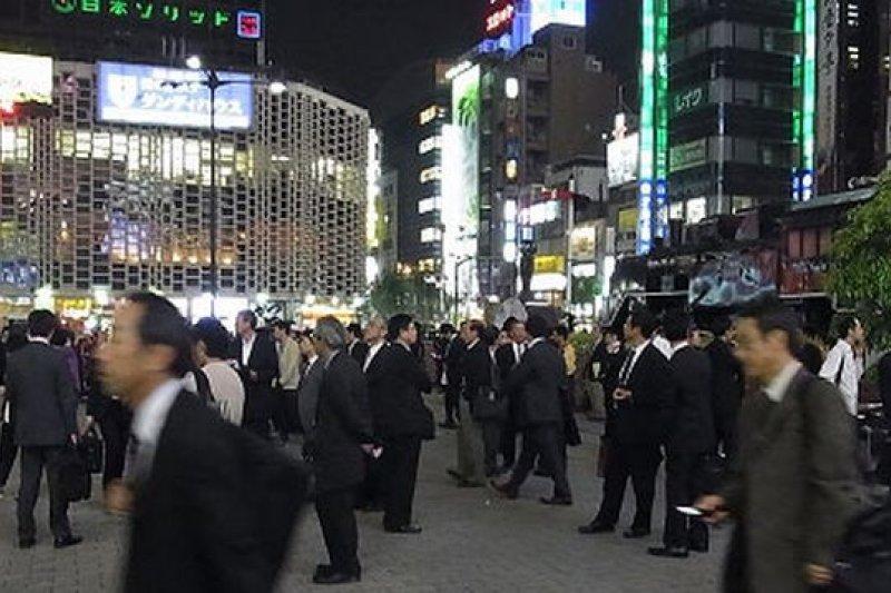 日本上班族下班後幾乎都會到居酒屋報到。(取自網路)