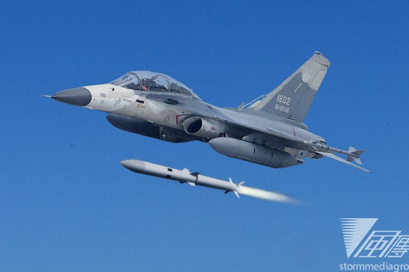 IDF戰機配掛劍二飛彈,由於劍二飛彈性能大幅提升,IDF戰力也隨之躍進。(吳逸驊攝、國防部提供/影像合成:風傳媒)