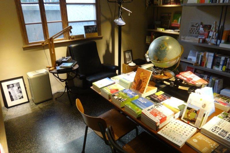 飄著咖啡香的伊聖詩私房書櫃,讓你感受紙本的溫度(圖/準建築人手札網站Forgemind_ArchiMedia@flickr)