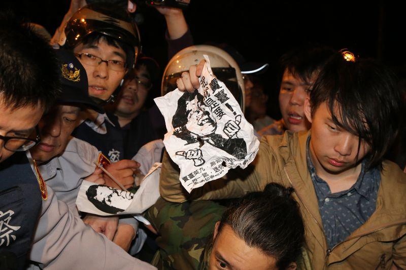 20150401-SMG0045-002-反亞投行團體於總統府前抗議(楊子磊攝).jpg