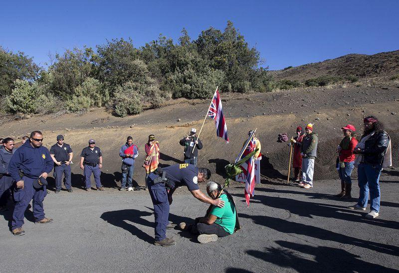 當地夏威夷原住民10日前往預定地抗議。(美聯社)