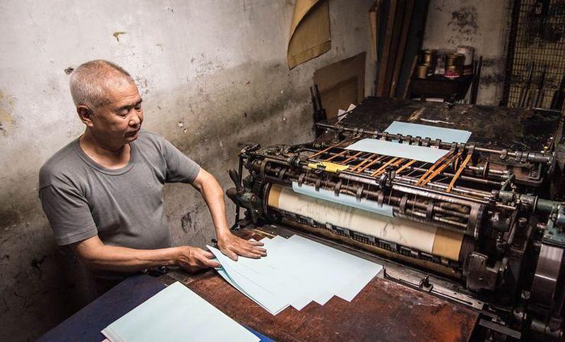 洪老闆為我們啟動已經很久沒用的印刷機器,仍保養完好的機器發出喀拉喀拉的聲音在小小的廠房裡迴盪著。(洪滋敏攝)