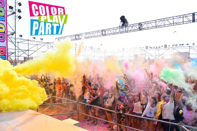 戶外活動使用彩色粉末,近年來蔚然成風(取自臉書)