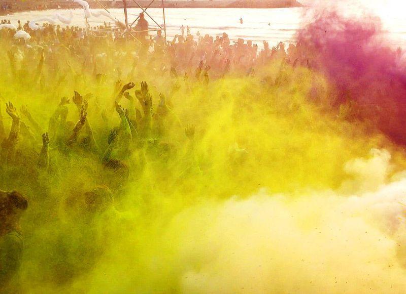 彩色粉末是近年國內大型戶外活動的最愛,但安全疑慮不可輕忽(取自臉書)