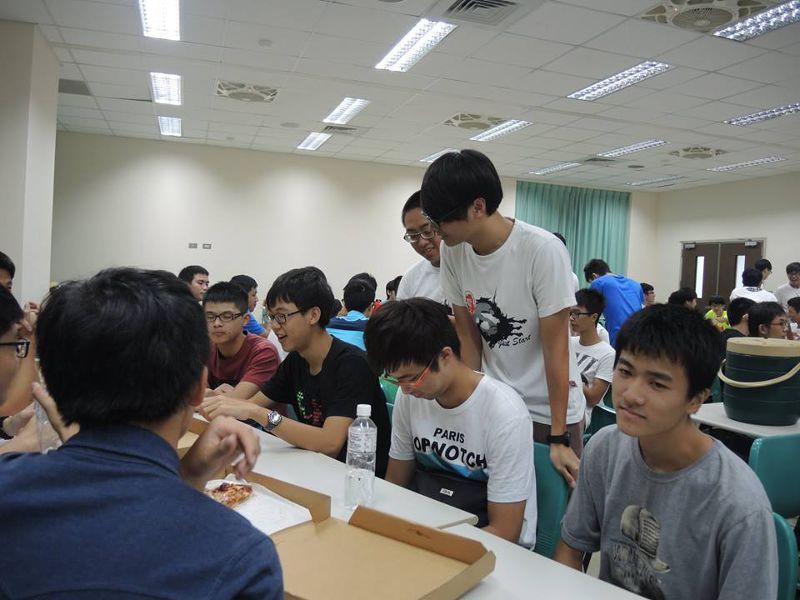 2015063019歲大學生盧建佑(右一)應邀支援活動,主辦單位未提供員工訓練,連自己都燒燙傷。(取自台科大電子工程系系學會).jpg