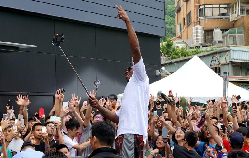 Kobe高舉自拍棒,和在場球迷玩自拍。(蘇仲泓攝)