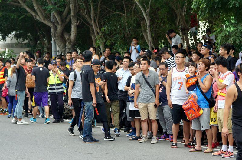 基河路上的球迷,幾乎站到馬路上,顯得險象環生。(蘇仲泓攝)