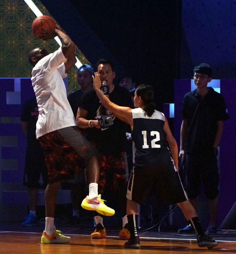 訓練營中,Kobe親自下場示範後仰跳投的動作要領。(蘇仲泓攝)