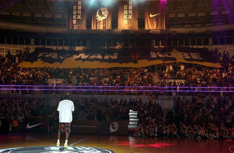 Kobe望著觀眾席上球迷展開的大旗,現場沉浸在溫馨感人的時刻。(蘇仲泓攝)