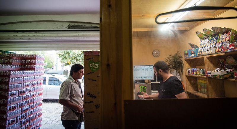 Sudhir正在一間布魯塞爾的中盤商裡清點進貨。洪滋敏攝