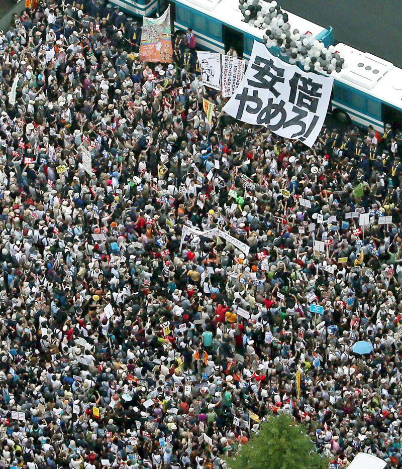 日本民眾要求首相安倍下台。(美聯社)