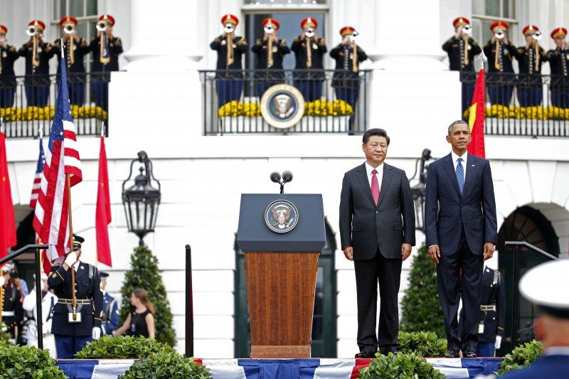 習近平(左)與歐巴馬(右)於白宮南坪。(美聯社)