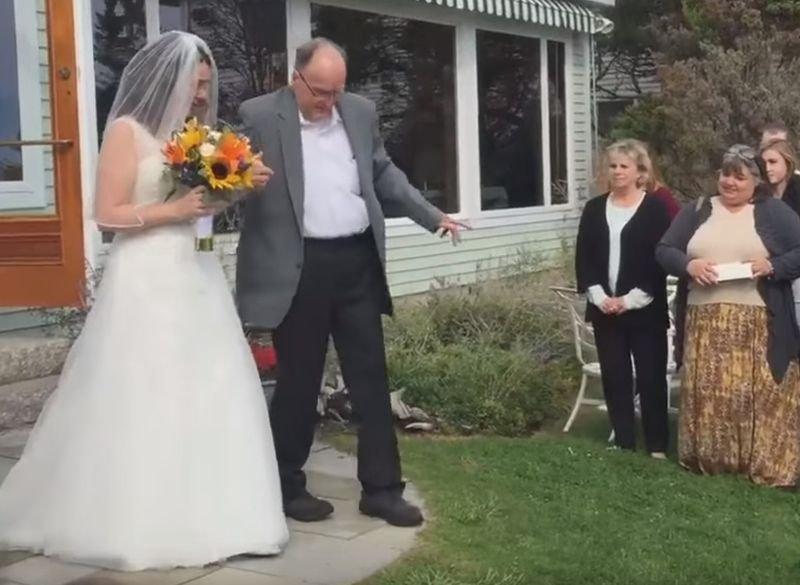 美國一位罹癌重病父親從輪椅站起來,牽女兒走過紅毯(取自YouTube)