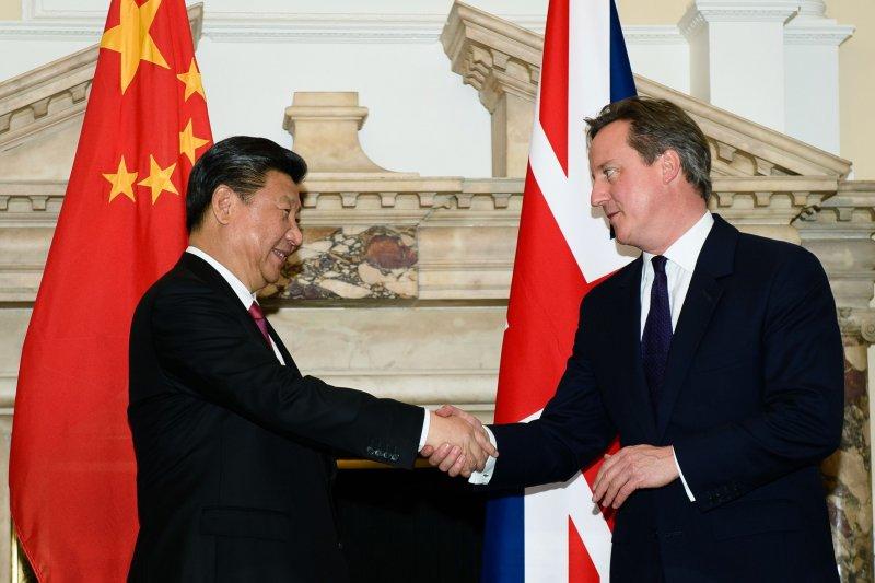 中����家主��近平(左)�c英��首相卡��隆(右)。(美�社)