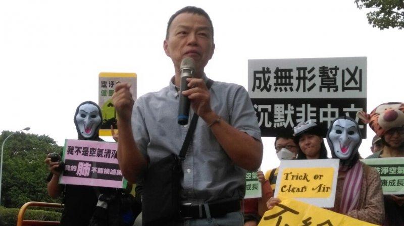 「不給好空氣就搗蛋」抗議活動,王小棣導演上台發表理念(郭佩凌攝)
