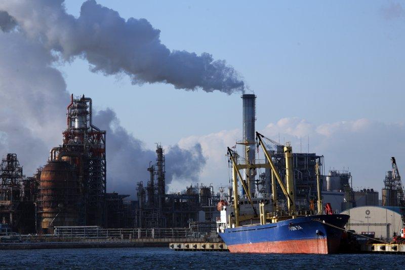 自工業革命以來,火力發電、工業廢棄排放了大量的溫室氣體,這些都是全球暖化的元凶。(圖/mrhayata@flickr)