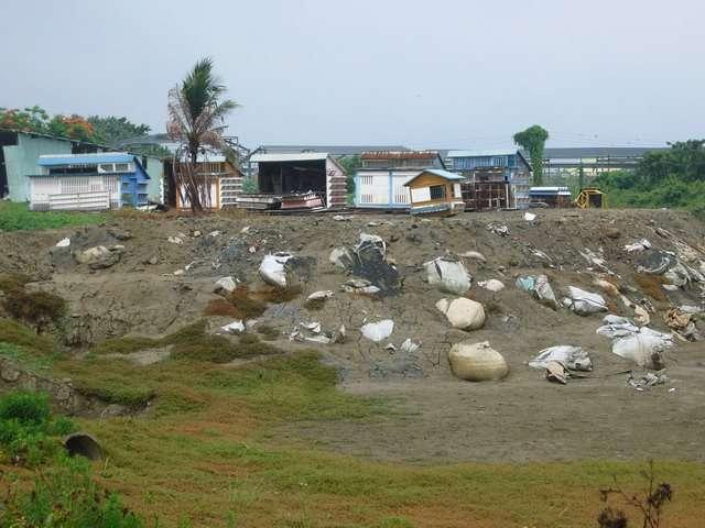 (圖說)緊鄰農地上的非法工廠,空污、水污如何把關?(攝影‧吳仁邦)