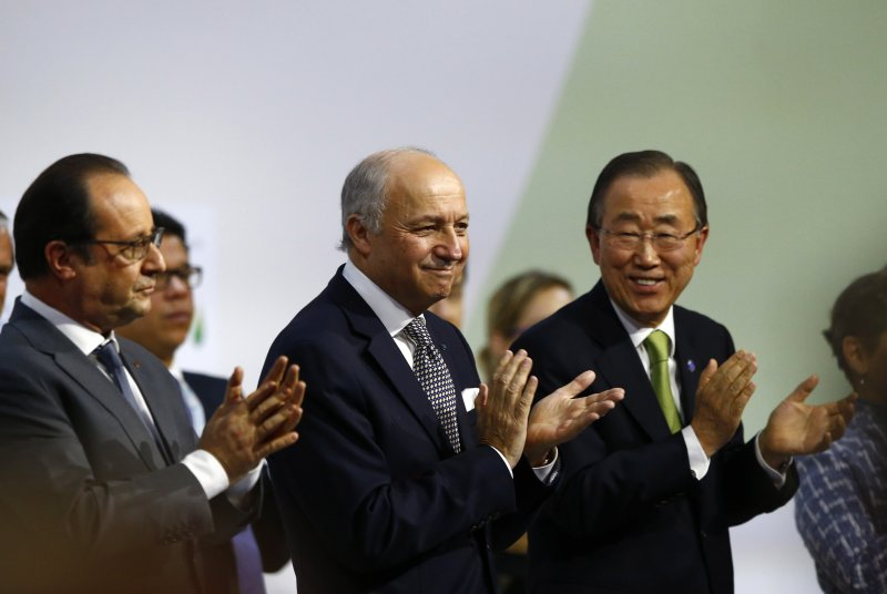 巴黎氣候峰會,左起:法國總統奧朗德(François Hollande)、法國外長法比尤斯(Laurent Fabius)、聯合國秘書長潘基文(美聯社)