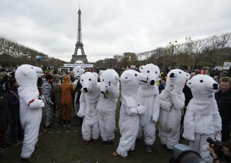 環保團體扮成北極熊示威,等待巴黎氣候峰會的成果出爐(美聯社)