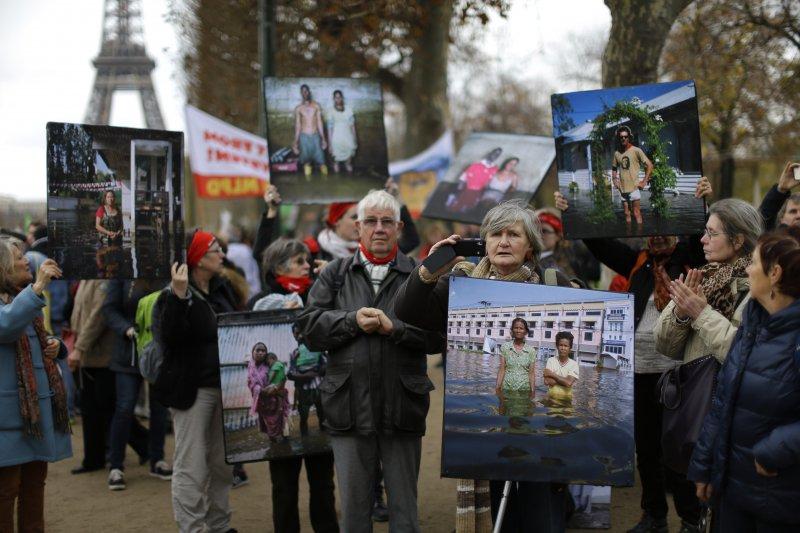 巴黎氣候峰會,場外的示威群眾(美聯社)