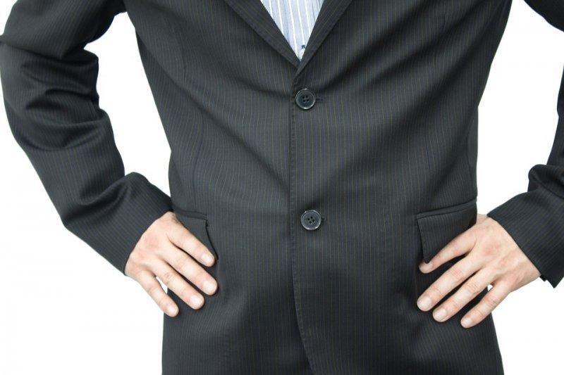 穿著西裝外套時,最下面的扣子是不用扣的。(圖/pixabay)