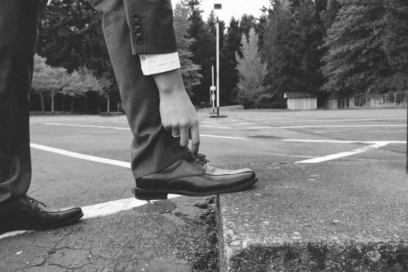 西裝褲腳不宜過短,但也不該過長,以剛好蓋住皮鞋上緣為宜。(圖/pixabay)