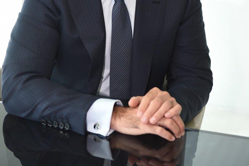 除非需要展示珍貴的袖扣,否則襯衫袖口不宜露出外套太多。(圖/pixabay)