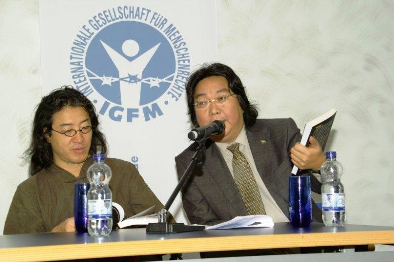 2009年貝嶺與阿海在法蘭克福書展論壇。(仲維光攝)