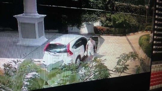 公寓花園視頻截圖:10月17日下午一點多,阿海開車返回公寓,隨即離開。(貝嶺提供)