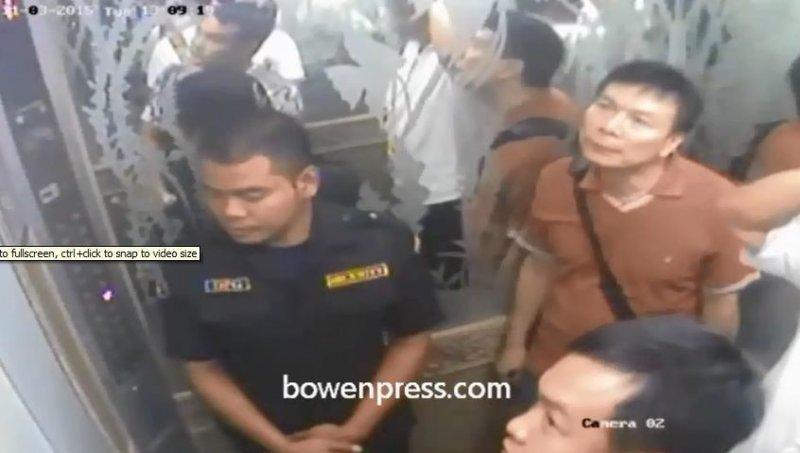 公寓電梯裡的監控視頻截圖:進入阿海公寓男子。穿紅衣者應為指揮。(貝嶺提供)