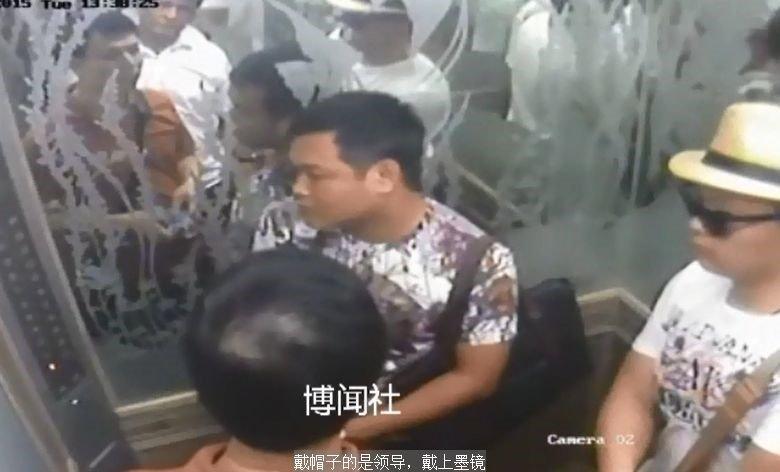 公寓電梯裡的監控視頻截圖:進入阿海公寓的四名男子。(貝嶺提供)