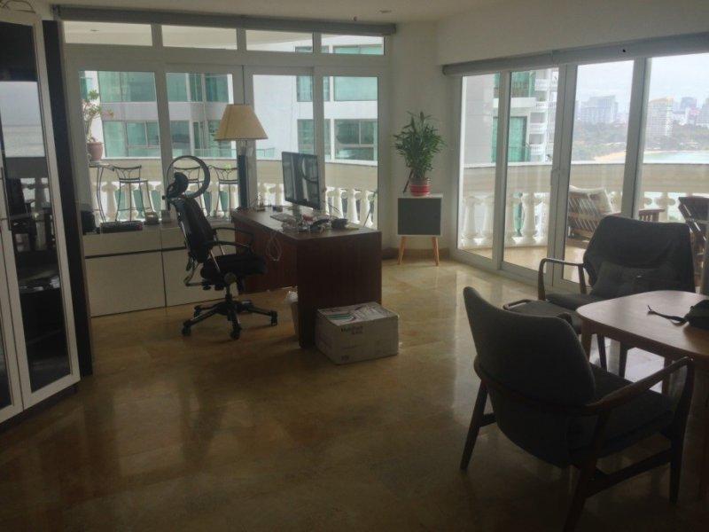 這是阿海芭堤雅寓所內全景(Oliver Holmes攝),從照片中可看到桌上電腦仍在。(貝嶺提供)