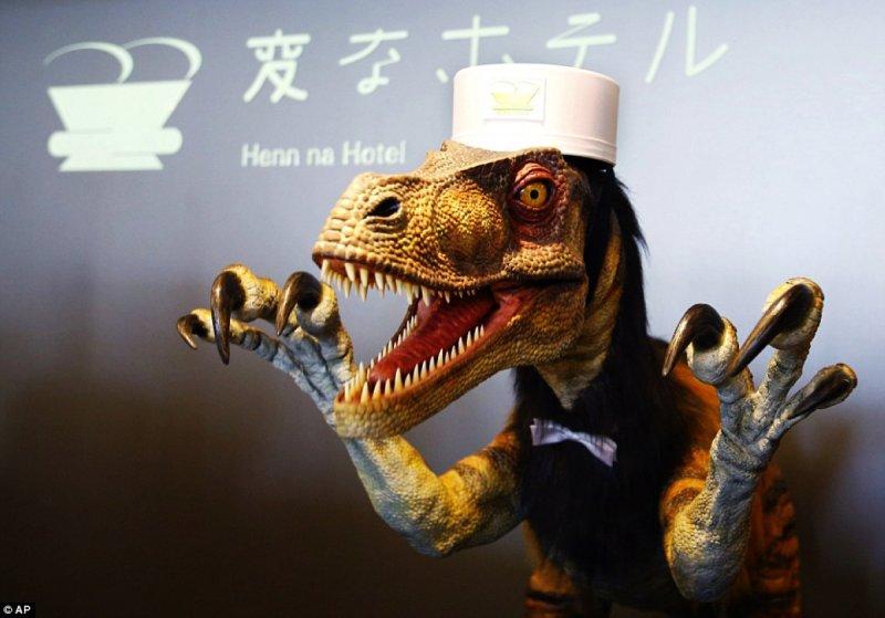 櫃檯人員竟是一隻張著血盆大口的恐龍 (圖/Dailymail)