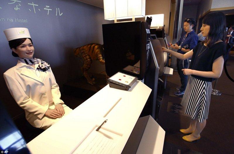 考量到房客不習慣與機器人互動,還設有自助式入住服務 (圖/Dailymail)