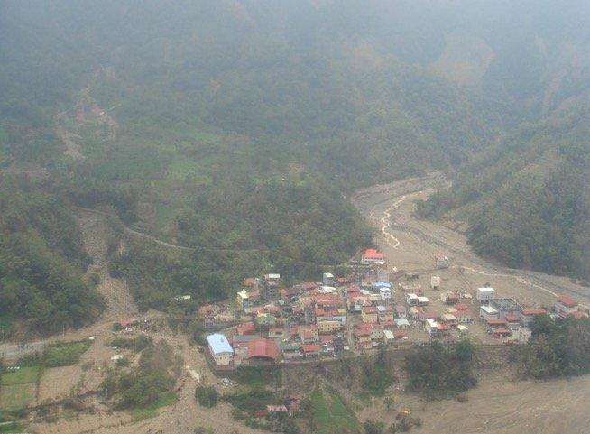 2009年莫拉克颱風,直昇機空拍南沙魯里土石流災情。(取自農委會水保局)