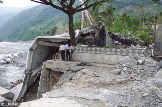 2005年海棠颱風使太麻里溪河水暴漲,造成16棟房舍流失。(取自農委會水保局)