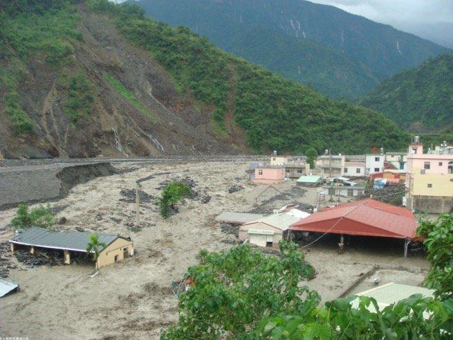 2010年凡那比颱風,使來義村東部落接連受到土砂災害的重創。(取自農委會水保局)