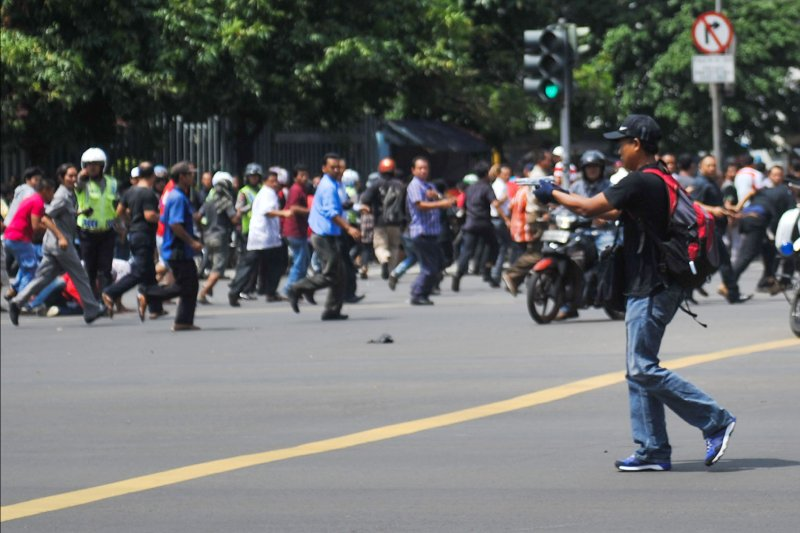 雅加達街頭的槍手。他並未蒙面,眾人趕緊逃離現場。(美聯社)
