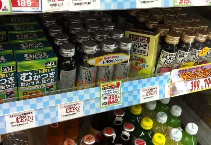 超市裡的解宿醉藥品專區。(圖/shuz@Photozou)