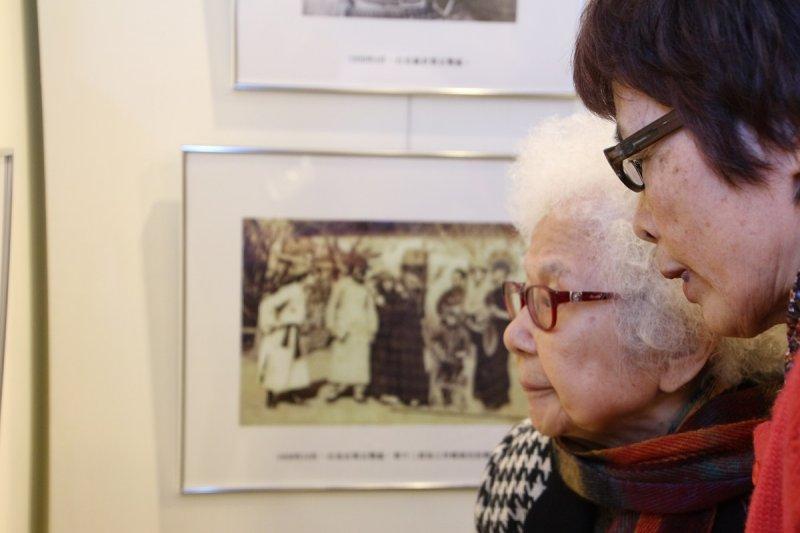 同為白恐受難者的廣播界聞人崔小萍,感謝白克當年提供電影布景支持她的舞台劇演出。(文化部提供)