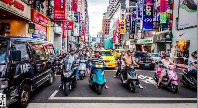 在台灣,有一道街景,叫機車。(取自微信號直通台灣)