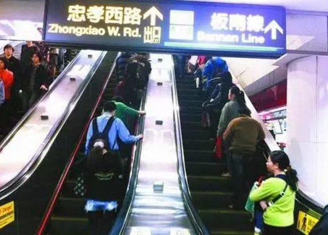 在台灣,有一種禮讓,叫靠右站立。(取自微信號直通台灣)