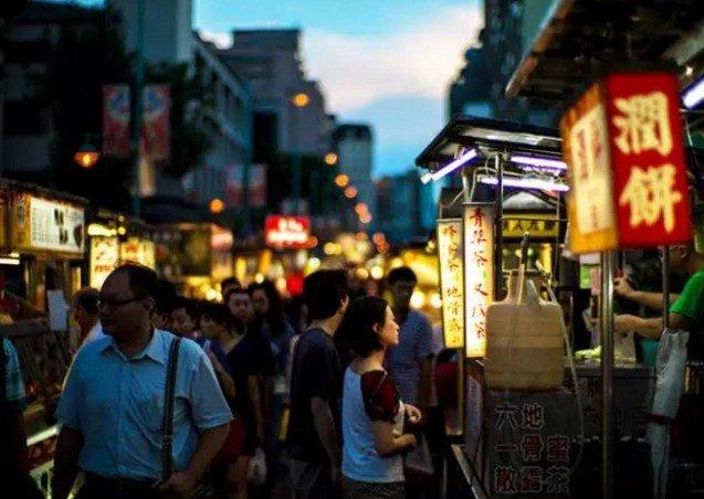 在台灣,有一種一路走一路吃,叫夜市。(取自微信號直通台灣)