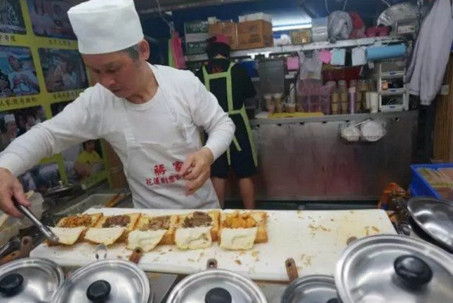 在台灣,有一種小吃,叫棺材板。(取自微信號直通台灣)