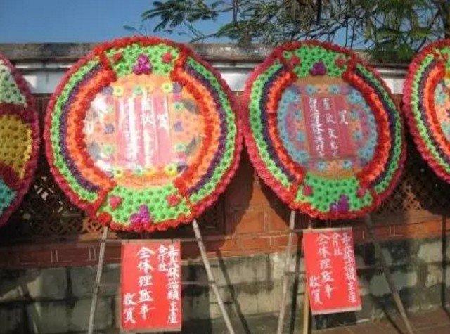 在台灣,有一種任性,叫喜事也要送花圈。(取自微信號直通台灣)