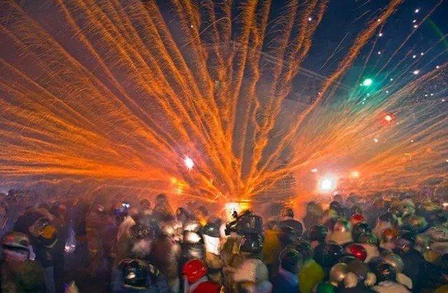 在台灣,有一種狂歡,叫鹽水蜂炮。(取自微信號直通台灣)