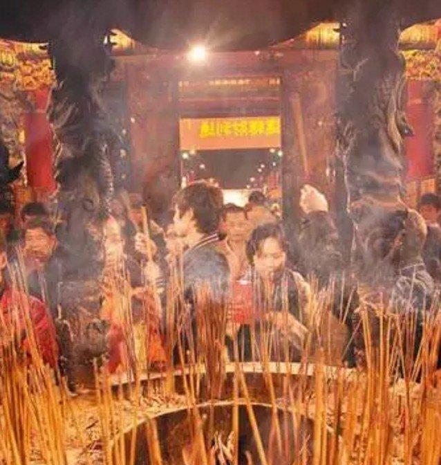 在台灣,有一種虔誠,叫拜拜。(取自微信號直通台灣)