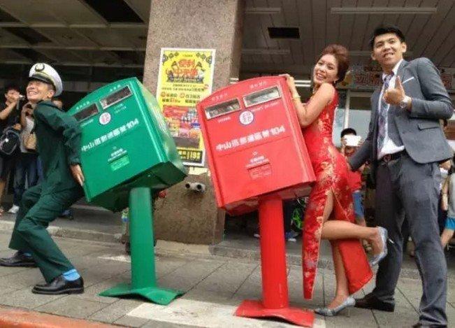 在台灣,有一種樂觀,叫彎腰郵筒。(取自微信號直通台灣)